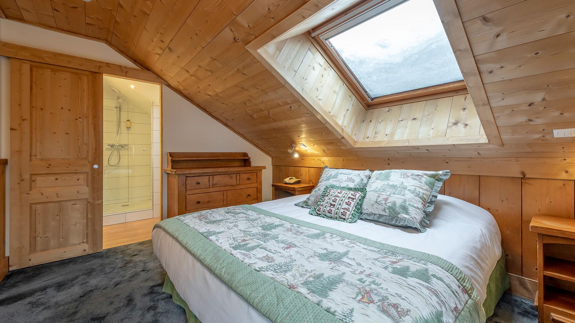 Chambre avec grand lit hôtel trois vallées