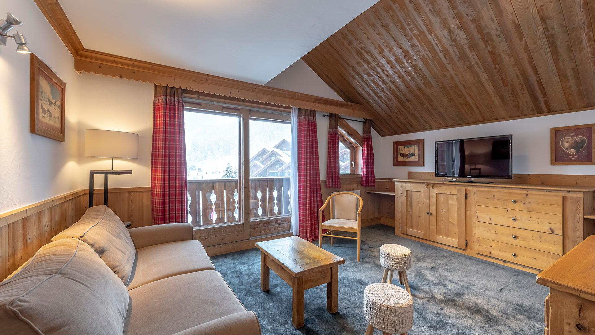 Grand salon confortable hôtel piscine Auvergne Rhône Alpes