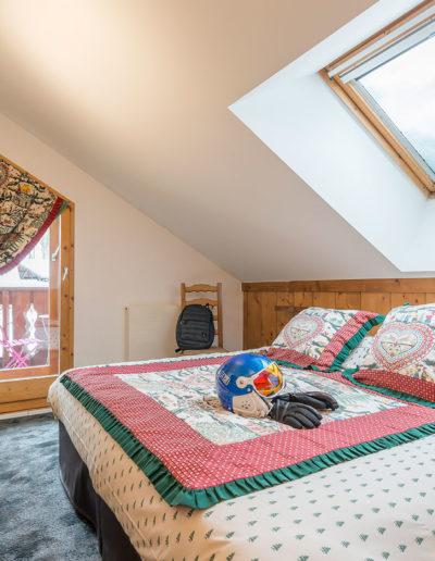Chambre avec grand lit